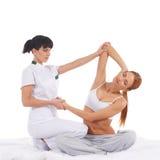 Una giovane donna che ottiene un massaggio tailandese tradizionale Immagini Stock