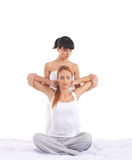 Una giovane donna che ottiene un massaggio tailandese tradizionale Fotografie Stock Libere da Diritti