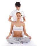 Una giovane donna che ottiene un massaggio tailandese tradizionale Fotografie Stock