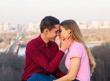 Una giovane donna che parla con uomo e che ride del BAC di paesaggio urbano Fotografia Stock Libera da Diritti