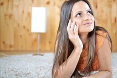 Una giovane donna che parla sul telefono cellulare Fotografia Stock