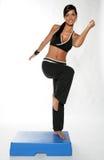 Una giovane donna che risolve in ginnastica Fotografia Stock Libera da Diritti