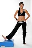 Una giovane donna che risolve in ginnastica Immagini Stock Libere da Diritti