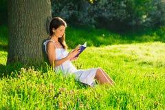 Una giovane donna che si trova con il libro Immagine Stock Libera da Diritti