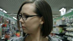 Una giovane donna che visita il deposito stock footage