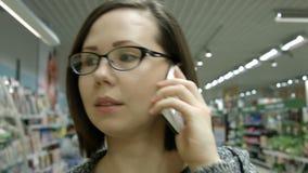 Una giovane donna che visita un deposito archivi video