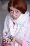 Una donna con compresse Fotografia Stock Libera da Diritti