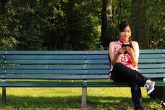 Una giovane donna con un ereader Fotografie Stock