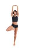 Una giovane donna del brunette che allunga i suoi muscoli Immagini Stock