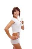 Una giovane donna del brunette che tiene una bottiglia bianca Fotografia Stock