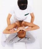 Una giovane donna della testarossa su una procedura tailandese di massaggio Fotografia Stock