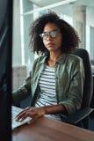 Una giovane donna di affari africana che esamina macchina fotografica fotografie stock