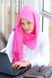 Una giovane donna di affari con un calcolatore Immagine Stock Libera da Diritti