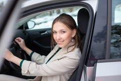 Una giovane donna di affari sta uscendo un'automobile immagine stock libera da diritti