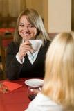 Una giovane donna di affari in un caffè Fotografia Stock Libera da Diritti