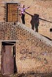 Una giovane donna e la sua ombra Fotografie Stock Libere da Diritti