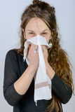 Una giovane donna ha il raffreddore Fotografie Stock Libere da Diritti