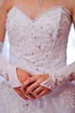 Una giovane donna nella parte anteriore bianca del vestito fotografia stock