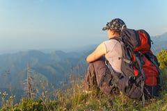 Una giovane donna nelle montagne al tramonto Immagini Stock