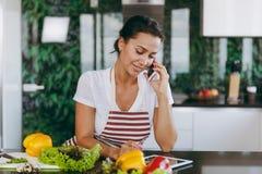 Una giovane donna passa il tempo a casa, nella cucina e nel roo fotografie stock