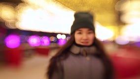 Una giovane donna pattina più vicino alla macchina fotografica ed a sorridere video d archivio