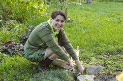 Una giovane donna si occupa della trasparenza alpina Fotografie Stock
