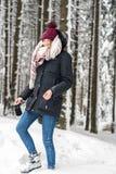 Una giovane donna sta camminando nella foresta immagine stock libera da diritti