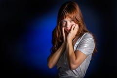 Una giovane donna sta guardando Immagini Stock Libere da Diritti
