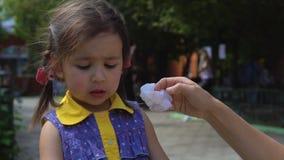 Una giovane donna sta pulendo il suo fronte del ` s della figlia stock footage