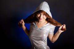 Una giovane donna sta sorridendo Immagini Stock