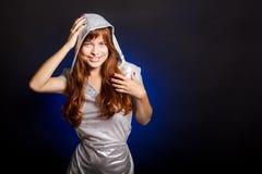 Una giovane donna sta sorridendo Fotografia Stock Libera da Diritti