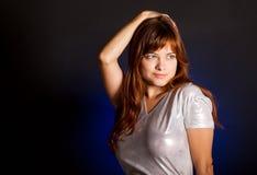 Una giovane donna sta sorridendo Fotografie Stock