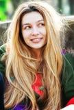 Una giovane donna sveglia con capelli lunghi Fotografie Stock Libere da Diritti