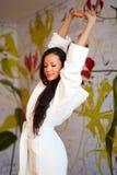 Una giovane donna in un abito bianco Fotografia Stock