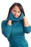 Una giovane donna in un maglione Immagini Stock