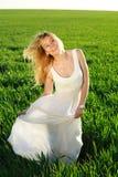 Una giovane donna in un vestito bianco lungo che gode della natura Fotografia Stock Libera da Diritti