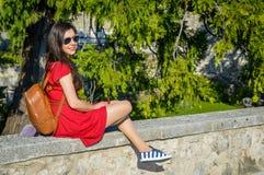 Una giovane donna in un vestito rosso da estate fotografia stock libera da diritti