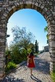 Una giovane donna in un vestito rosso da estate fotografia stock