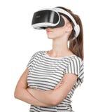 Una giovane donna in vetri di realtà virtuale gode del suo viaggio in un mondo avventuroso, isolato su fondo bianco Dispositivo d Fotografia Stock