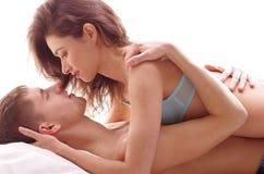 Una giovane e coppia amorosa del Caucasian del brunette Immagine Stock Libera da Diritti