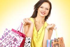 Una giovane e donna attraente sta facendo l'acquisto Immagine Stock Libera da Diritti