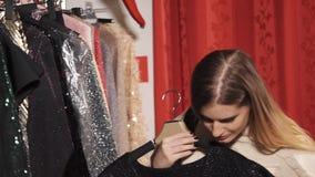 Una giovane e donna graziosa gode di di comperare in un boutique costoso archivi video