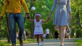 Una giovane famiglia cammina nel parco archivi video
