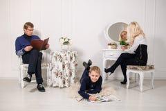 Una giovane famiglia che si rilassa domenica pomeriggio Fotografie Stock Libere da Diritti