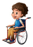 Una giovane guida del ragazzo su una sedia a rotelle Fotografia Stock