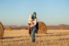 Una giovane madre che gioca sua figlia fotografia stock libera da diritti