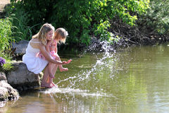 Una giovane madre con la sua figlia Fotografia Stock