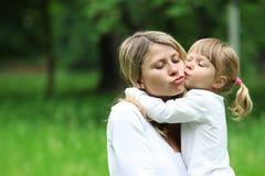Una giovane madre con la sua figlia Fotografia Stock Libera da Diritti