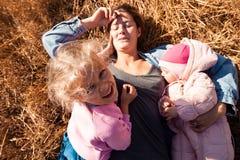 Una giovane madre femminile fotografie stock libere da diritti