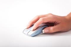 Una giovane mano dei womans e un mouse del calcolatore Fotografie Stock Libere da Diritti